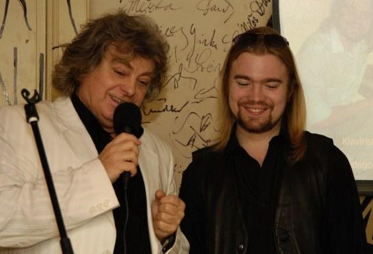 spolu s kamarádem, zpívajícím nakladatelem Jindřichem Krausem, Salmovská literární kavárna 30.1. 2007